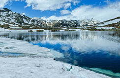 Sommer-Alpengebirgssee (die Schweiz) Stockbild