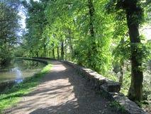 Sommer auf dem Kanalleinpfad Lizenzfreies Stockfoto