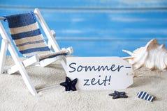 Sommer-Aufkleber mit Klappstuhl, Sommerzeit bedeutet Sommerzeit Stockfotos