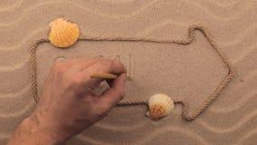 SOMMER-Aufschrift eigenhändig geschrieben auf den Sand, in den Zeiger gemacht vom Seil stock video footage