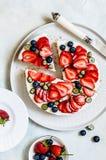 Sommer Berry No Bake Cheesecake stockfoto