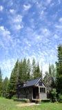 Sommer bewölkt kleines Haus Lizenzfreie Stockfotografie