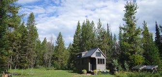 Sommer bewölkt kleines Haus Stockfotografie