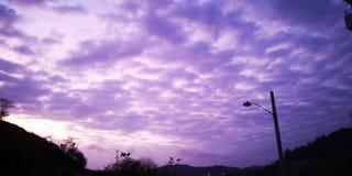 Sommer-bewölkter Sonnenuntergang stockfotos