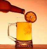 Sommer-Bier mit Zitrone stockfotos