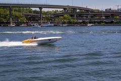 Sommer-Bootfahrt Portlands Oregon auf Willamette-Fluss an einem sonnigen Tag stockfoto