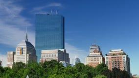 Sommer-Boston-Skyline-Einspieler mit homosexuellem Pride Flag auf John Hancock Building stock video