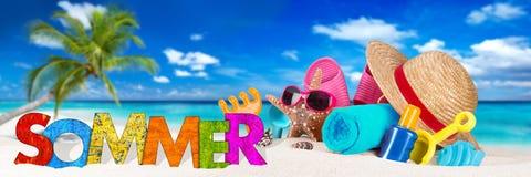 Sommer/de zomertoebehoren op tropisch paradijsstrand stock foto