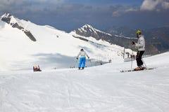 Sommer, der über dem Hintertux-Gletscher, Österreich Ski fährt Lizenzfreie Stockbilder