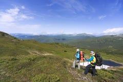 Sommer, der in den Bergen mit einem Rucksack wandert Stockbild