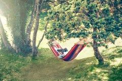 Sommer draußen lesen entspannend Lizenzfreie Stockfotos