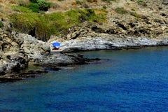 Sommer: eine Bucht des Kaps der Kreuze in Spanien mit blauem Meer Stockbilder