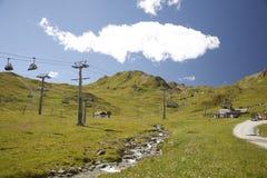 Sommer an einer Skiaufzugstation Lizenzfreie Stockfotografie