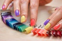 Sommer farbige Maniküre auf weiblichen Fingern stockfotografie