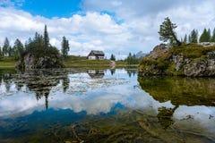 Sommer Federa See mit Dolomit ragen, Cortina D ` Ampezzo, Dolomit, Italien empor stockfotos