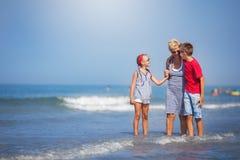 Sommer, Ferien, Familienkonzept lizenzfreie stockfotos