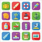 Sommer-Ferien-Ikonen-Satz in einem flachen Design Lizenzfreie Stockfotos