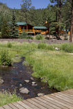 Sommer-Ferien-Kabine im Gebirgsholz Stockbild