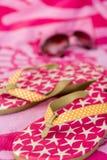 Sommer - Flipflops, Sonnenbrillen u. Tuch Lizenzfreie Stockfotos