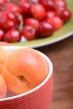 Sommer-Früchte, Kirschen, Aprikosen lizenzfreie stockfotos