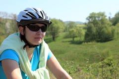 Sommer. Frau auf Fahrrad. Lizenzfreie Stockfotografie