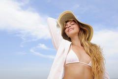 Sommer: Frau mit Strohhut- und Exemplarplatz Lizenzfreies Stockfoto