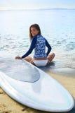 Sommer-Freizeit-Sport-Tätigkeit Glückliche Frau mit Surfbrett auf Bea stockbilder