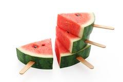 Sommer-Fruchtsüßspeise des Wassermeloneneises am stiel leckere frische Stockfotos
