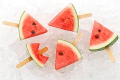 Sommer-Fruchtsüßspeise des Wassermeloneneises am stiel leckere frische Stockfoto