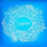 Sommer Gekritzelrahmen der runden Form gemacht von der abstrakten freihändigen Verzierung auf einem hellen blauen Hintergrund Lizenzfreies Stockfoto