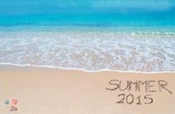 Sommer 2015 geschrieben auf einen tropischen Strand Lizenzfreie Stockfotos