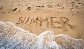 Sommer geschrieben auf nassen Sand an der Küste Stockbild