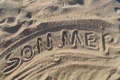 Sommer geschrieben in Sand Stockbilder