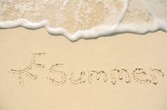 Sommer geschrieben in Sand auf Strand Stockbilder
