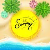 Sommer, Handbeschriftung auf gelber Sonne Hand gezeichnete Kalligraphie und Bürstenbeschriftung Tropische Landschaft mit Ozean, G Lizenzfreie Stockfotografie