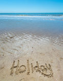 Sommer handgeschrieben im Sand des Strandes mit einem reizenden Herzen stockfoto