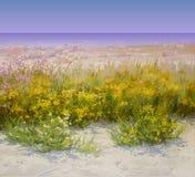 Sommer-Hintergrund mit Strand und Blumen Stockfoto