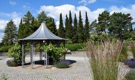 Sommer-huset parkerar och flowergarden i Villingen-Schwenningen, Tyskland Fotografering för Bildbyråer