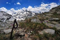 Sommer im Berg mit Schnee bewölkt sich im Himmel Lizenzfreie Stockbilder