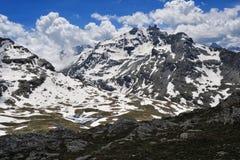 Sommer im Berg mit Schnee bewölkt sich im Himmel Lizenzfreie Stockfotos