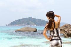 Sommer im Freien der asiatischen jungen hübschen Frau, die zum Ozean am tropischen Strand schreit Stockbilder