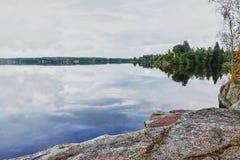Sommer, Insel auf dem See im Park Monrepo Lizenzfreies Stockbild