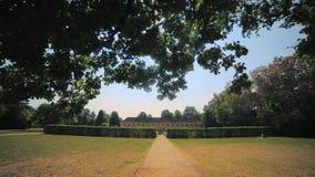 Sommer ist ein schöner Benrath-Park in Dusseldorf, Deutschland Kamerabewegung, Ansicht ansteigend stock video footage