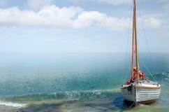Sommer-Küste-Hintergrund mit Segelnboot lizenzfreie stockfotografie