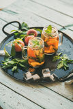 Sommer kalten Pfirsicheistee auf Behälter, Kopienraum erneuernd lizenzfreies stockbild