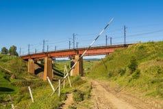 Sommer Karpaten gestalten mit einem offenen Tor auf einem Vordergrund landschaftlich Lizenzfreie Stockbilder