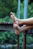 Sommer-Kinderfluss-Füße Stockfoto