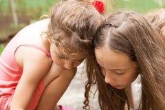 Sommer, Kindheit, Freizeit und Leutekonzept - glückliches kleines Gir lizenzfreies stockfoto