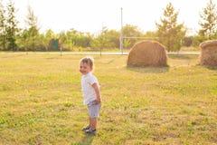 Sommer, Kindheit und Babykonzept - kleiner Junge, der Spaß in der Sommernatur hat stockfotos