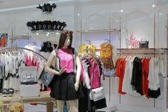 Sommer-Kleidungsshop der Frauen Lizenzfreie Stockfotos